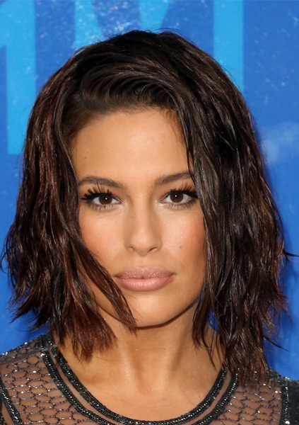 ashley-graham-medium-wavy-bob-hairstyle