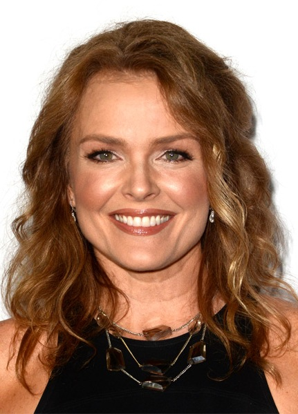 dina-meyer-medium-wavy-hairstyle