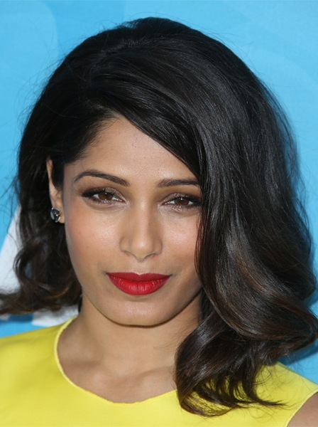 freida-pinto-medium-wavy-hairstyle