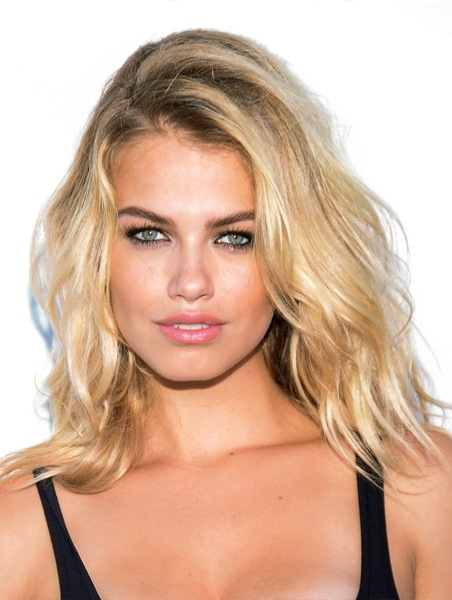 hailey-clauson-medium-wavy-hairstyle