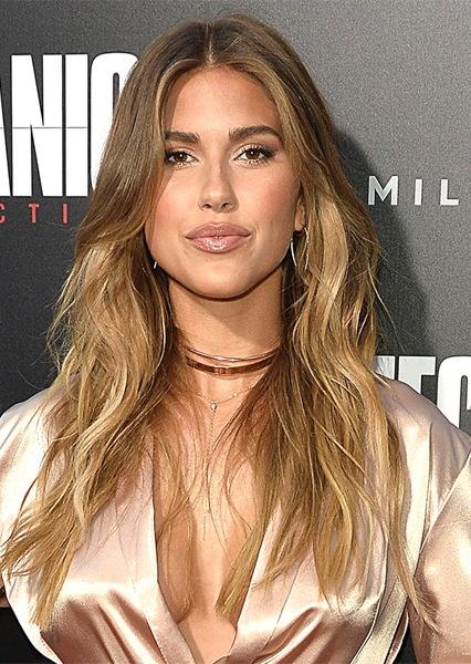 kara-del-toro-long-wavy-hairstyle