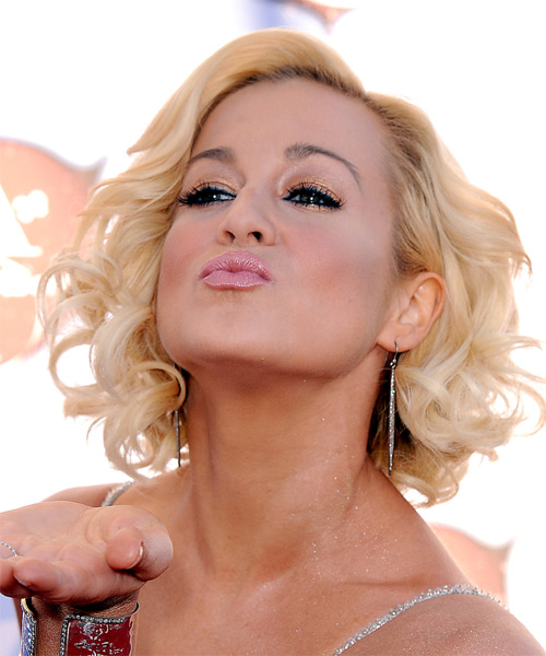kellie-pickler-medium-curly-bob-hairstyle