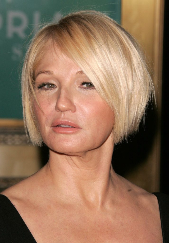 14 Short blonde hair with side fringe
